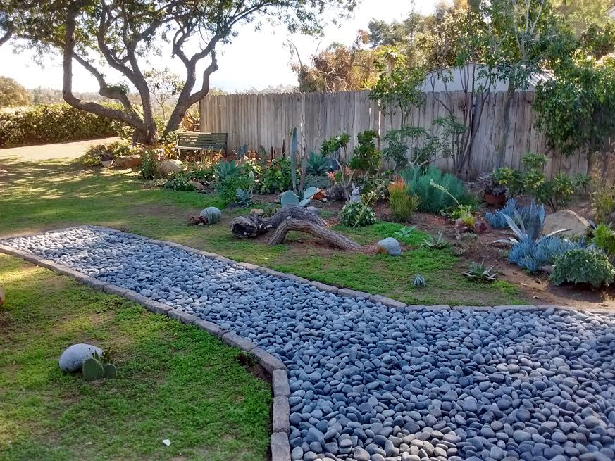 Beach stones for landscaping pavers with moss mexican for Beach rocks for landscaping