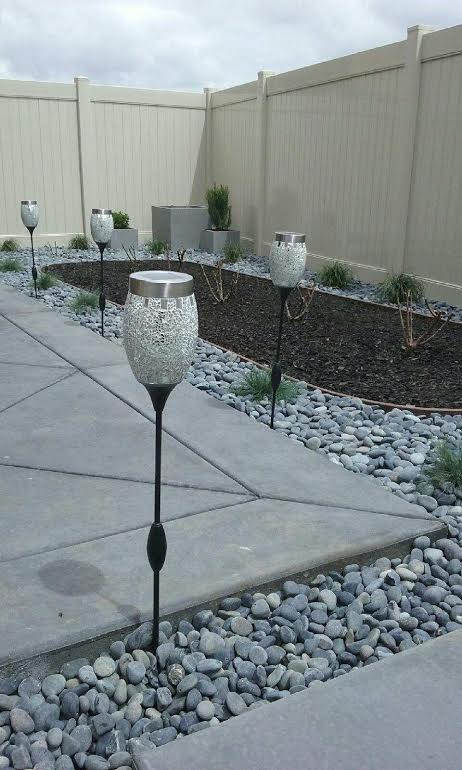 Beach pebble river rock ideas for smaller spaces for Beach rocks for landscaping